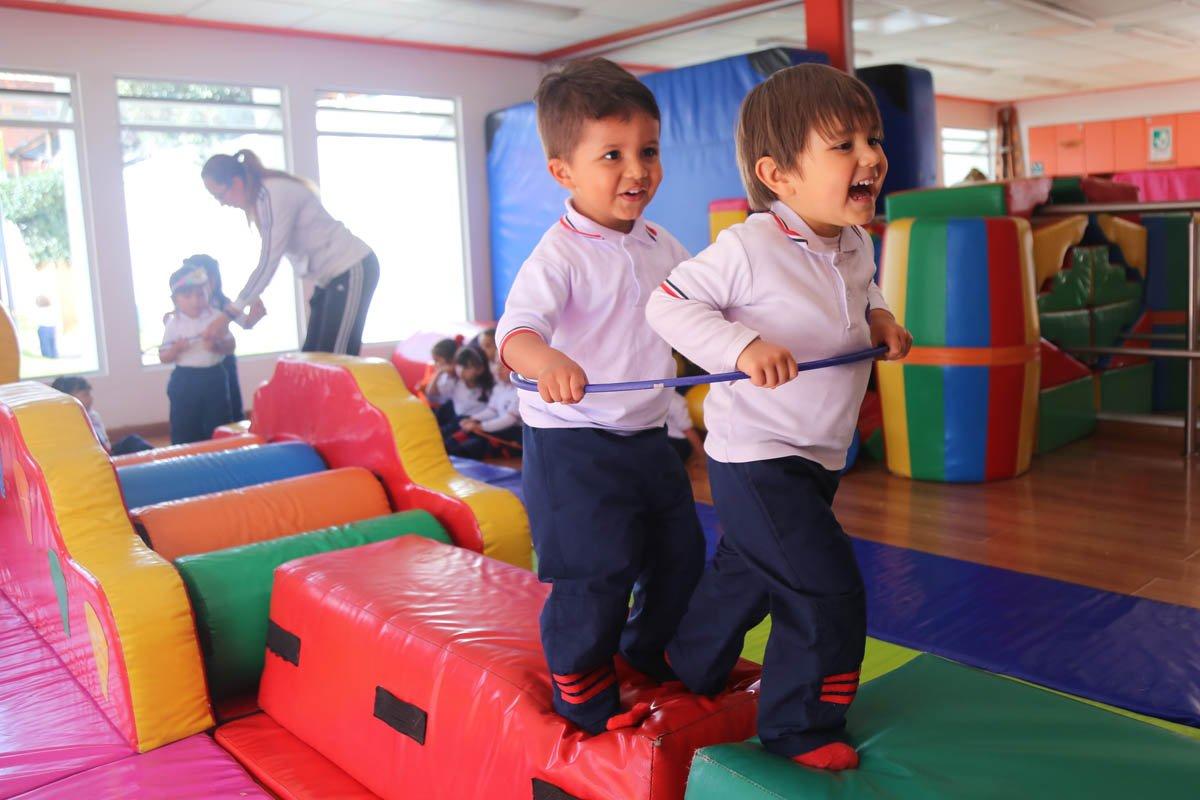 niños jugando en el Jardín Infantil Stanford