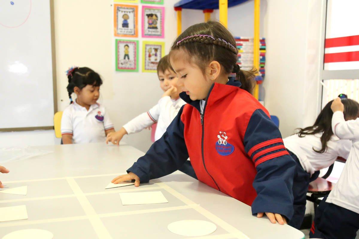 niños aprendiento en el salón de clases del Jardín Infantil Stanford