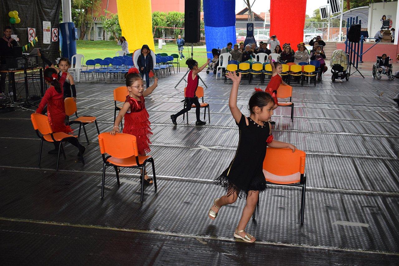 Estudiantes bailando en el Colegio Bilingue Hispanoamericano Conde Ansurez