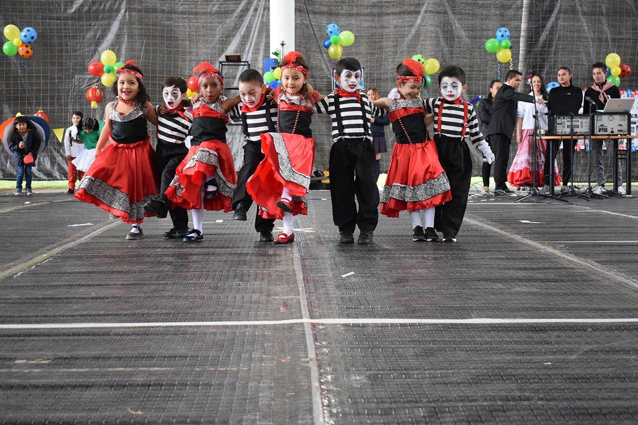 Estudiantes bailando en salón comunal del Colegio Bilingue Hispanoamericano Conde Ansurez