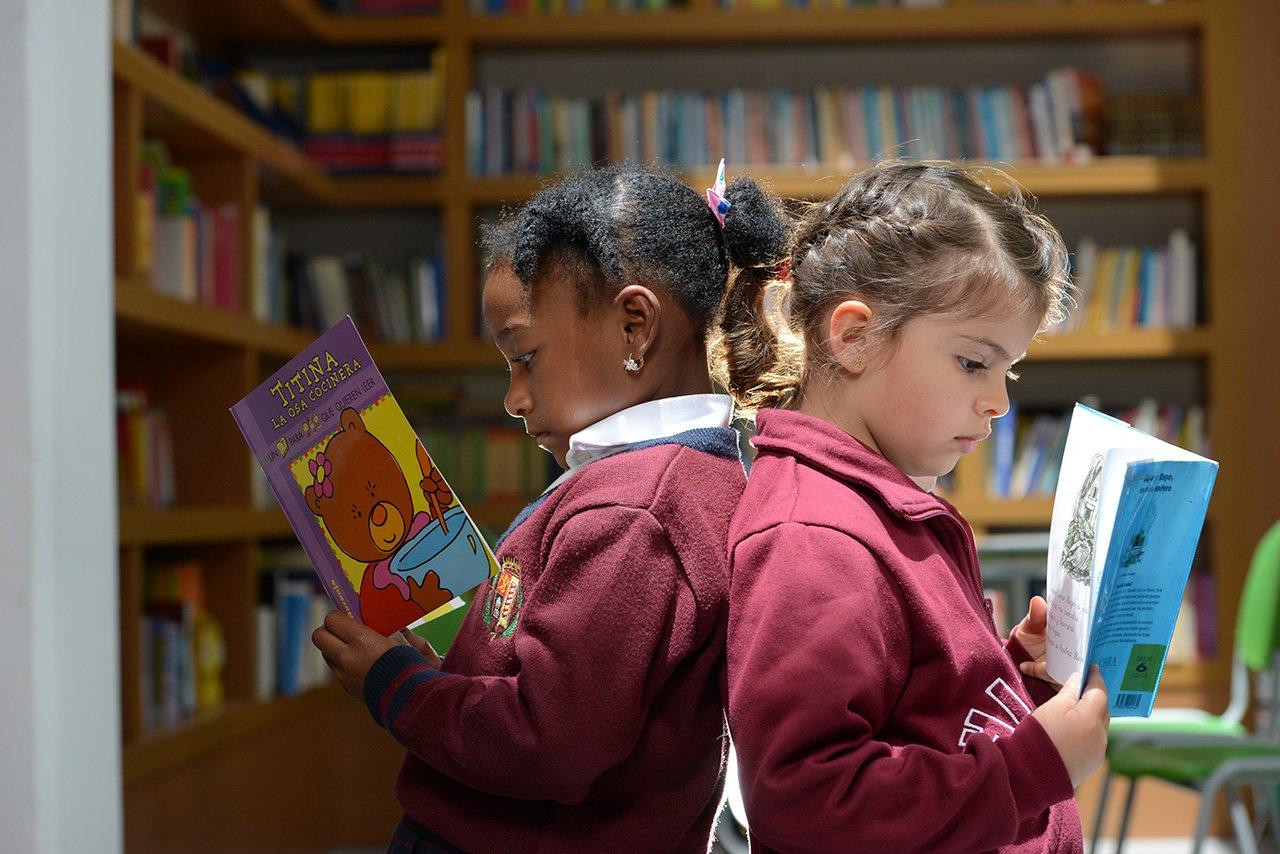 Niñas leyendo del Colegio Bilingue Hispanoamericano Conde Ansurez